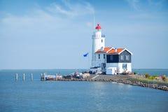 Le phare isolé se tient sur la broche en mer près du village Photo libre de droits
