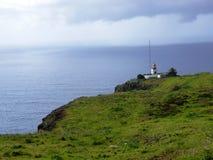 Le phare sur la falaise de Ponta font Pargo dans l'Océan Atlantique chez la Madère Photographie stock
