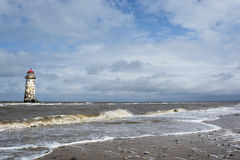 Le phare sur la plage voisine et le Talacre échouent Image stock