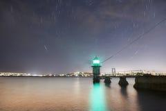 Le phare tient le premier rôle la nuit images libres de droits