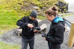 Le photographe a aidé par sa fille à changer l'équipement photo stock