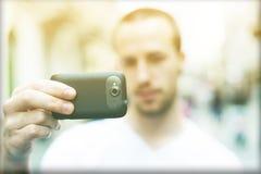Le photographe avec le téléphone de mobila prennent la photo photos stock