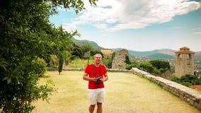 Le photographe dans le T-shirt rouge prend la photo dans le paysage méditerranéen des vacances clips vidéos