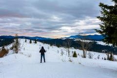 Le photographe de déplacement admire le beau lever de soleil sur le dessus des montagnes carpathiennes photo stock
