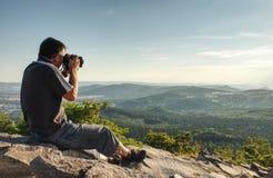 Le photographe de nature créent l'art sur le point de vue en montagnes photographie stock libre de droits