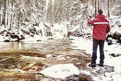 Le photographe de nature prend la photo du paysage de neige d'hiver photographie stock