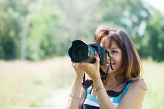 Le photographe féminin prend la photo Photo libre de droits