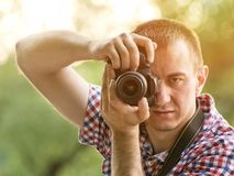 Le photographe prend des photos dans la perspective de la verdure Front View Photographie stock
