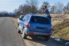 Le photographe prend des photos de la voiture Image libre de droits
