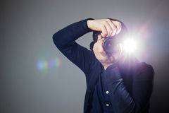 Le photographe prend une photo dans le studio utilisant un éclair Photos stock