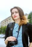 Le photographe se tient sur le fond de la ville Photos libres de droits