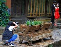 Le photographe tire le marié et la jeune mariée images libres de droits