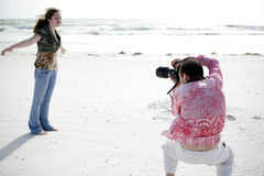 Le photographe travaille avec le modèle image libre de droits