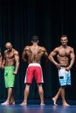 Le physique des hommes posant pendant une concurrence de bodybuilding Photos libres de droits