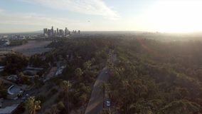 Le piédestal regardent vers le bas au-dessus du parc élyséen au-dessus de l'horizon de Los Angeles clips vidéos