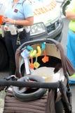 Le piéton d'accidents avec des poussettes a heurté en un véhicule Image libre de droits
