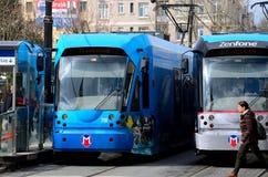 Le piéton marche après des trams à la station Istanbul Turquie Photo libre de droits