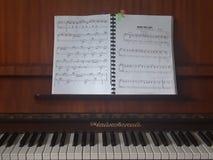 Le piano élégant avec le livre s'est ouvert juste devant vos yeux images stock