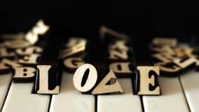 Le piano verrouille le plan rapproché avec les lettres aiment et le coeur Photos libres de droits