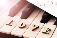 Le piano verrouille le plan rapproché avec les lettres aiment et le coeur L'image originale d'art avec la valentine Image stock