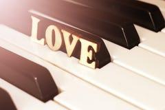 Le piano verrouille le plan rapproché avec les lettres aiment et le coeur L'image originale d'art avec la valentine Photo libre de droits