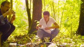 Le piante della fucilazione dell'ecologo dell'uomo nella foresta archivi video