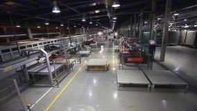 Le piastrelle di ceramica che fabbricano, pianta della ceramica, linea di produzione, AGV trasporta i prodotti, elettrico automat stock footage