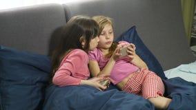 Le piccole amiche si divertono che gioca l'aggeggio video d archivio