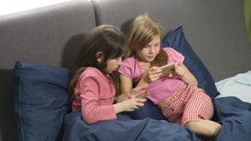 Le piccole amiche si divertono che gioca l'aggeggio archivi video
