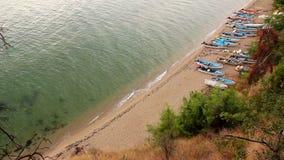 Le piccole barche di pesca con l'amo sono bacino di carenaggio sulla spiaggia video d archivio