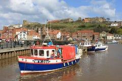 Le piccole barche in Whitby harbour, il Yorkshire del nord. Fotografia Stock Libera da Diritti