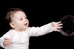 Le piccole bolle di sapone e del bambino Fotografia Stock