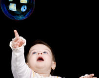 Le piccole bolle di sapone e del bambino Immagine Stock
