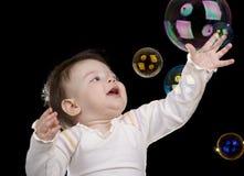 Le piccole bolle di sapone e del bambino Fotografia Stock Libera da Diritti