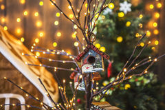 Le piccole case dell'uccello dipinte con i pupazzi di neve su un albero sottile hanno decorato il Natale Immagine Stock Libera da Diritti