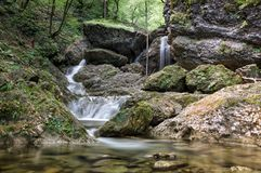 Le piccole rapide e cascate ad inferno Pekel si rimpinzano di in Borovnica vicino a Transferrina fotografia stock