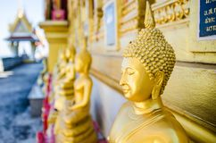 Le piccole statue di Buddha intorno alla pagoda principale Fotografia Stock Libera da Diritti