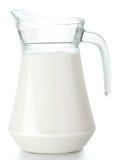 Le pichet avec du lait a isolé image libre de droits
