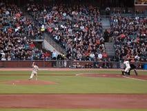 Le pichet de Padres allume un fastball au géant Image stock