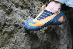 Le pied de grimpeur de roche restant sur l'équilibre Image libre de droits