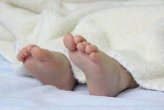 Le pied de la chéri nouveau-née images stock