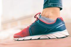 Le pied des femmes en plan rapproché rouge et bleu d'espadrille, tir d'angle faible Images stock