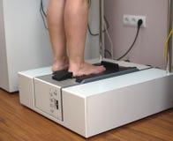 Le pied du patient de balayage du docteur 3D Photo libre de droits