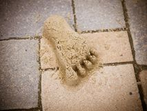 Le pied du sable sur le chemin images libres de droits