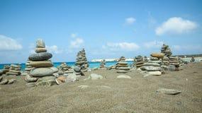 Le pietre accatastano sul mare fotografia stock