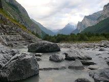Le pietre in acqua in ghiacciaio alpino scorrono la Svizzera in Unterstock, Urbachtal Fotografia Stock