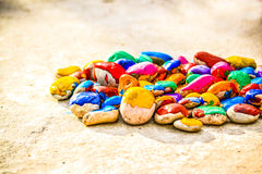Le pietre con una superficie regolare hanno dipinto la pittura variopinta Fotografie Stock Libere da Diritti