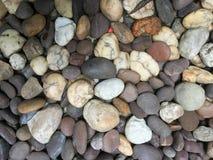 Le pietre del fiume con fondo Fotografie Stock