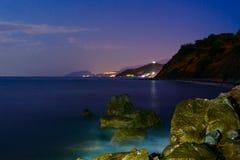 Le pietre di notte sono lavate dalla spuma Esposizione lunga fotografia stock libera da diritti