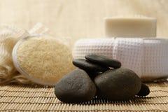 Le pietre e la stazione termale di zen hanno messo sul legno per i trattamenti fotografie stock libere da diritti